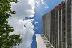 La facciata di alta costruzione con un certo balcone Immagine Stock Libera da Diritti