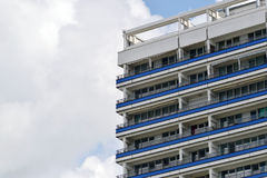 La facciata di alta costruzione con un certo balcone Fotografia Stock Libera da Diritti