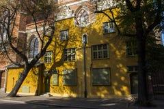 La facciata di bello monumento storico sulla via stretta di Città Vecchia di Danzica poland immagini stock libere da diritti