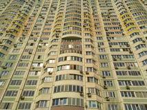 La facciata di un edificio residenziale enorme con molti finestre e balconi fotografia stock libera da diritti