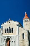 La facciata di una chiesa medievale in Villeneuve-de-iceberg fotografia stock
