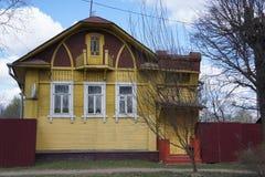 La facciata di una costruzione di legno nel villaggio vicino alla città provinciale di Kimry Fotografie Stock Libere da Diritti
