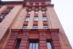 La facciata di una costruzione di mattone rosso alta Fotografie Stock