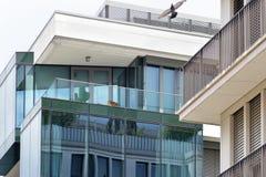 La facciata di una costruzione moderna con alcune finestre che riflettono il cielo Immagine Stock