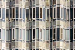 La facciata di una costruzione moderna consiste del vetro, delle finestre e delle linee Immagine Stock Libera da Diritti