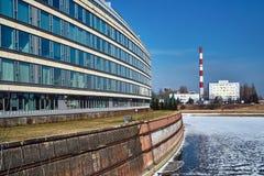 La facciata di una costruzione moderna nella vecchia centrale elettrica del porto fluviale e del camino Immagini Stock Libere da Diritti