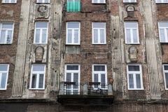 La facciata di vecchia casa con le finestre immagine stock