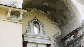La facciata di vecchia costruzione di mattone distrutta con le finestre rotte nella città abbandonata Camera in citt? fantasma E archivi video