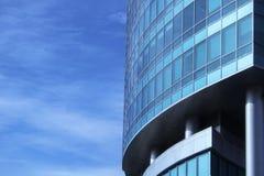 La facciata di vetro di un grattacielo con una riflessione di specchio delle finestre del cielo Immagini Stock Libere da Diritti