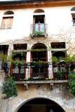 La fachada adornó con las flores de un chalet de Marostica en Vicenza en Véneto (Italia) Fotografía de archivo libre de regalías
