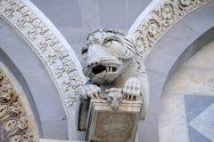 La fachada adornó la columna de la catedral en Pisa, Italia Imagen de archivo