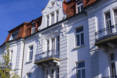 La fachada blanca del edificio fotos de archivo
