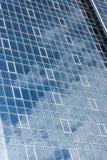 La fachada de cristal de un edificio alto Fotos de archivo