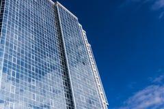 La fachada de cristal de un edificio alto Fotografía de archivo