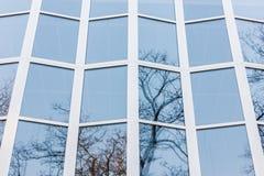 La fachada de cristal de un edificio alto Foto de archivo libre de regalías