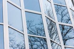 La fachada de cristal de un edificio alto Imágenes de archivo libres de regalías