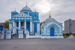 La fachada de la iglesia de Achinsk, en tiempo nublado Foto de archivo libre de regalías