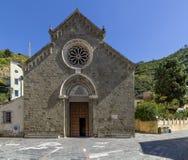 La fachada de la iglesia hermosa de San Lorenzo en Manarola, Cinque Terre, Liguria, Italia imagen de archivo