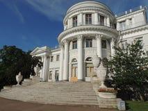 La fachada de las escaleras de la entrada del palacio empiedra los floreros Fotos de archivo