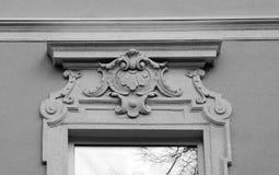 La fachada de las paredes del edificio con las decoraciones arquitectónicas Foto de archivo libre de regalías