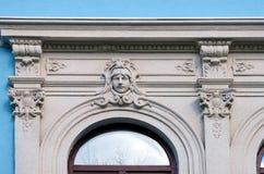 La fachada de las paredes del edificio con las decoraciones arquitectónicas Imágenes de archivo libres de regalías