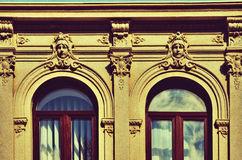 La fachada de las paredes del edificio con las decoraciones arquitectónicas Imagen de archivo