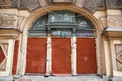 La fachada de los edificios administrativos viejos se sube para arriba, cerrado la ventana en la pared Fotos de archivo