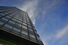 La fachada de un rascacielos fotos de archivo