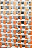 La fachada de una construcción de viviendas Fotos de archivo