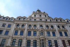 La fachada decorativa con las esculturas, columnas, y arqueó ventanas Fotografía de archivo libre de regalías