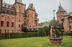 La fachada del De Haar Castle con adornado bien, el jardín del césped y el ladrillo se elevan, cerca de Utrecht Imágenes de archivo libres de regalías