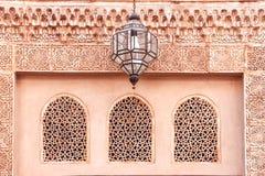 La fachada del edificio antiguo con un ornamento árabe foto de archivo