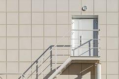 La fachada del edificio Las paredes del panel compuesto de aluminio del revestimiento con una escalera y una puerta plástica Imagen de archivo