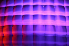 La fachada del volumen de cubos con la iluminación púrpura del humor Imagen de archivo