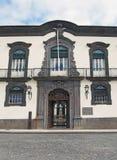 La fachada delantera del ayuntamiento de Funchal en Madeira un edificio histórico construido en el siglo XVIII como residencia pr imagenes de archivo