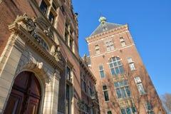La fachada externa de Tropenmuseum, con los detalles de esculturas y de tallas imagen de archivo libre de regalías