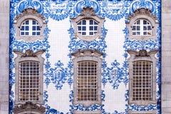 La fachada histórica tradicional en Oporto adornó con el PA azul de la mano Fotos de archivo libres de regalías