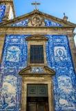 La fachada histórica tradicional en Oporto adornó con el PA azul de la mano Imágenes de archivo libres de regalías