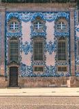 La fachada histórica tradicional en Oporto adornó con el PA azul de la mano Fotografía de archivo