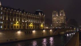 La fachada occidental de la catedral famosa de Notre Dame de Paris iluminada en la noche Destino turístico popular Fotos de archivo libres de regalías