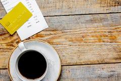 La facture, la carte et le café de restaurant sur le fond en bois de table complètent Images libres de droits