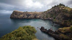 La falaise bascule dans le sao Miguel du Portugal - des Açores Photographie stock libre de droits