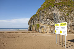 La falaise de plage tombe panneau d'avertissement Photo libre de droits