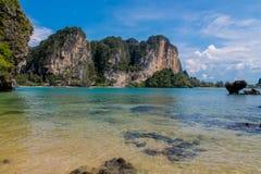 La falaise de roche de chaux dans la baie de Krabi, la baie d'ao Nang, le Railei et le Tonsai échouent la Thaïlande photos libres de droits