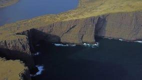 La falaise de Traelanipa est augmentation vue au-dessus de l'océan à côté du lac Sorvagsvatn Lac célèbre dans les Iles Féroé au-d banque de vidéos