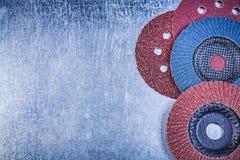 La falda abrasiva dei dischi di macinazione spinge su backgr metallico graffiato Immagini Stock Libere da Diritti