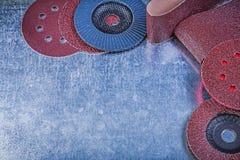 La falda abrasiva di carta dei dischi di macinazione di lucidatura spinge su metallico Fotografia Stock Libera da Diritti