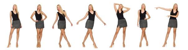 La falda gris que lleva modelo del pelo rubio aislada en blanco Foto de archivo