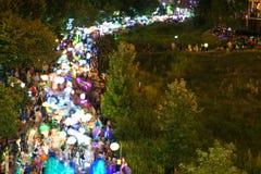 La falta de definición de movimiento muestra centenares de linternas coloridas en el desfile de Atlanta Imagen de archivo libre de regalías