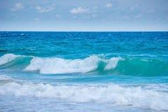 La falta de definición del fondo y la onda potente se rompe a lo largo de la orilla foto de archivo libre de regalías
